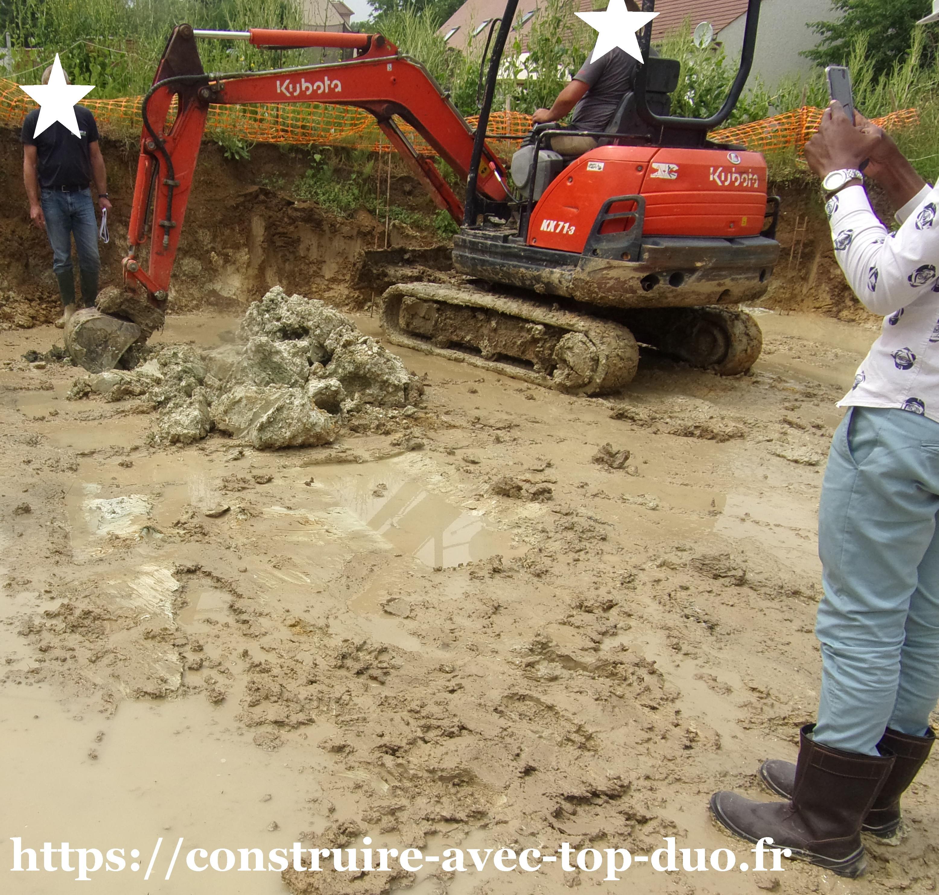 Pelleteuse creusant fondation pour étude  béton